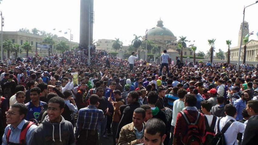 بالفيديو.. اشتباكات عنيفة أمام جامعة القاهرة