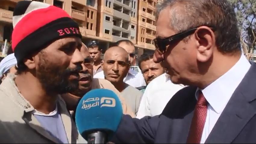 بالفيديو| نائب محافظ القاهرة يعطي مواطنا 100 جينه
