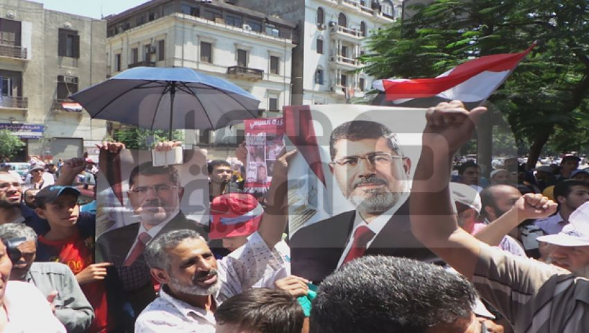 بالصور... العشرات من مؤيدى مرسي أمام نقابة المهندسين