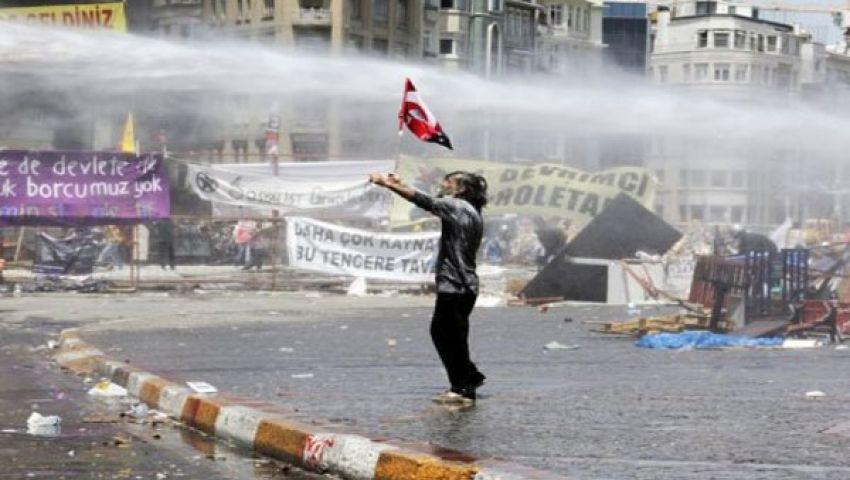 الشرطة تستخدم مدفعًا للمياه لتفريق محتجين في إسطنبول