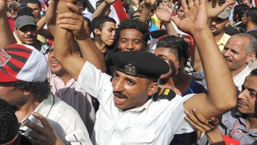 شرطيون يشاركون متظاهري التحرير احتفالاتهم