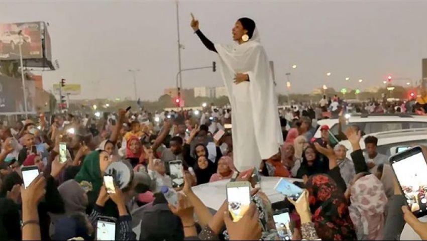 فيديو| أيقونة الثورة السودانية تتزوج بـ«ضابط جيش».. ونشطاء: «خرجت بعريس»