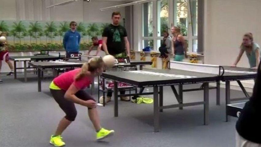 فيديو.. طريقة مبتكرة لكرة الطاولة برؤوس اللاعبين