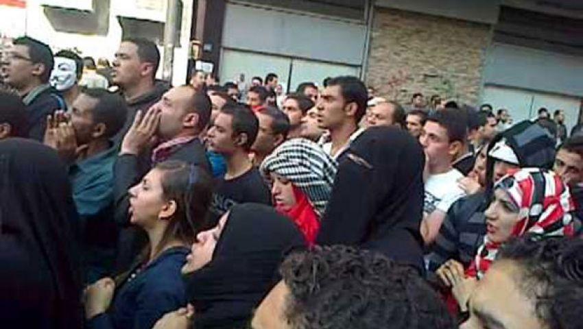المتظاهرون يرفعون أعلام الشهداء في محمد محمود
