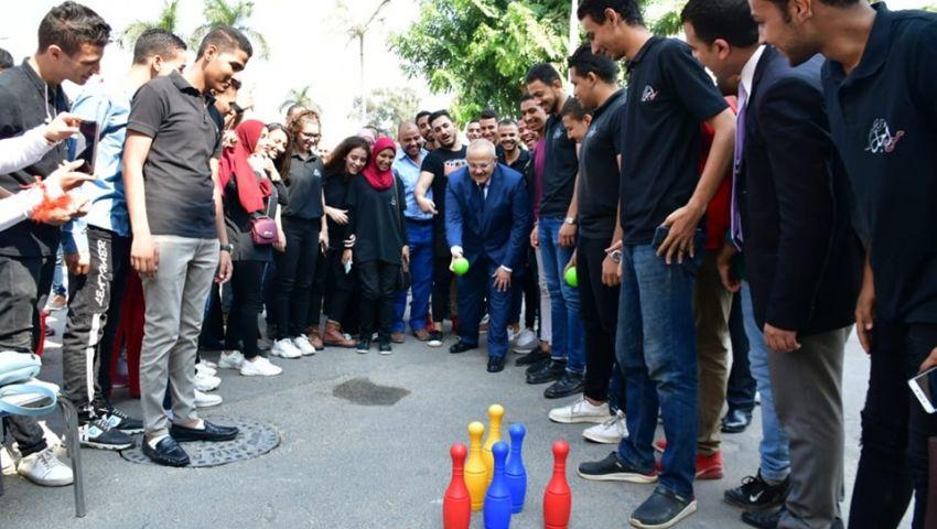 أول يوم دراسة في جامعة القاهرة.. عربية ترمس و«الخشت» يلعب بولينج