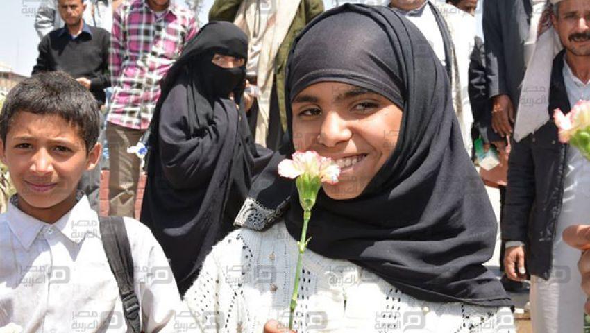 بالورود.. يمنيات يحتفلن باليوم العالمي للمرأة
