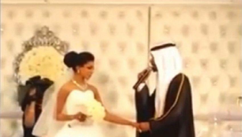 فيديو.. غناء عريس لعروسته يوم الزفاف يحصد قرابة مليوني مشاهد
