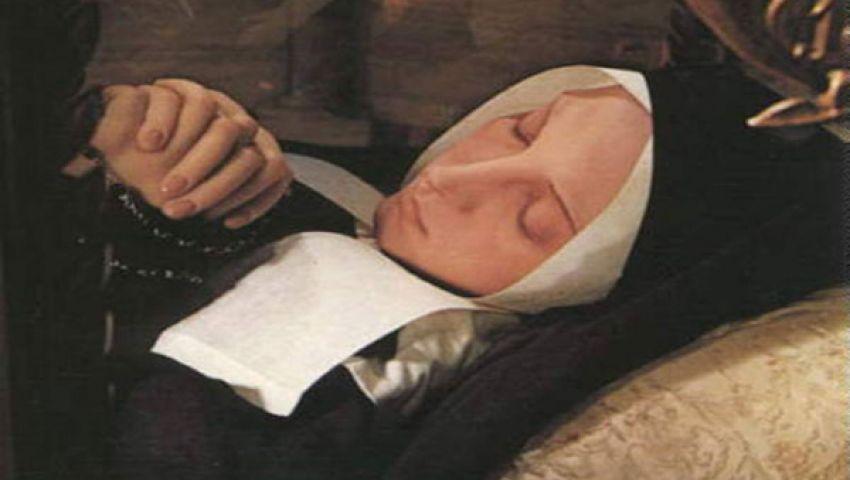 تنام بجانب جثة زوجها لمدة عام