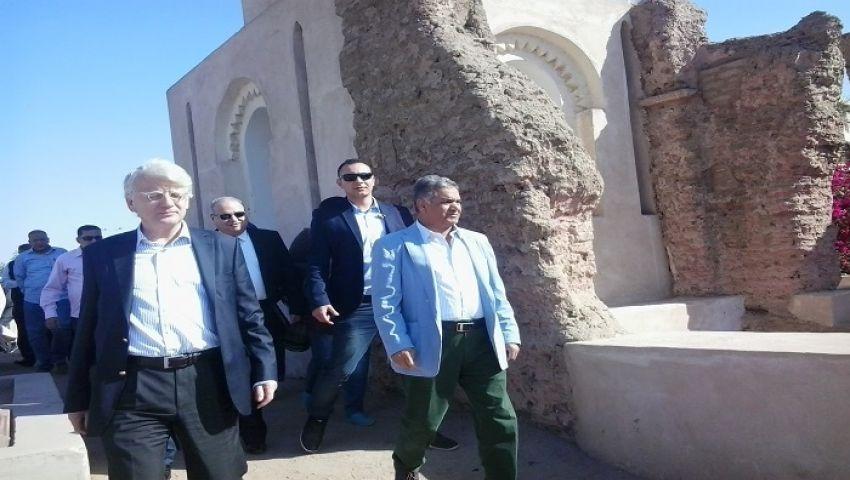 عاملون بآثار أسوان يطالبون الوزير بمستحقاتهم .. والدماطي: الوزارة مدينة