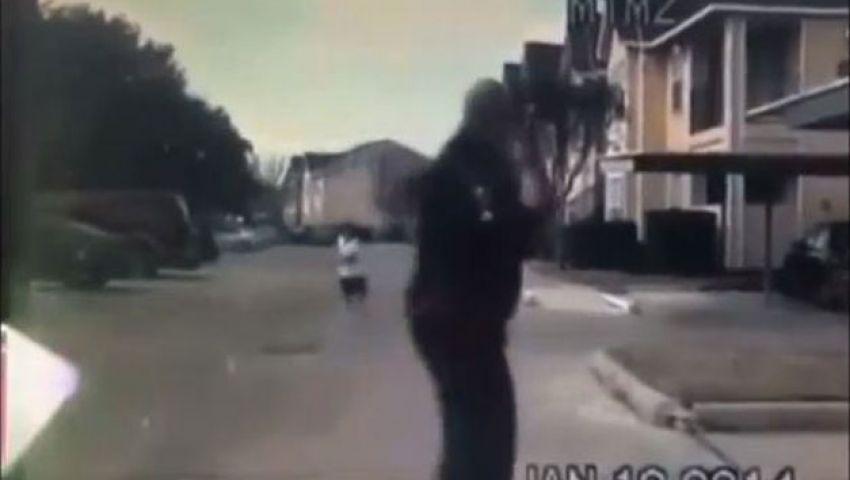 فيديو.. شرطي يوقف سيارته ليلعب الكرة مع طفل