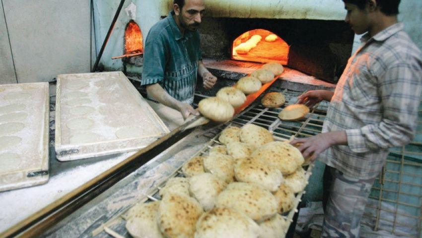 الخبز المدعم.. قش وخشب وأعقاب سجائر.. ومصيره للبهائم