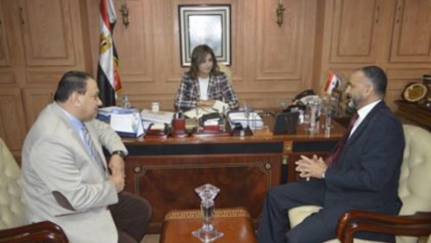 وزيرة الهجرة تستقبل أحد العائدين من السودان