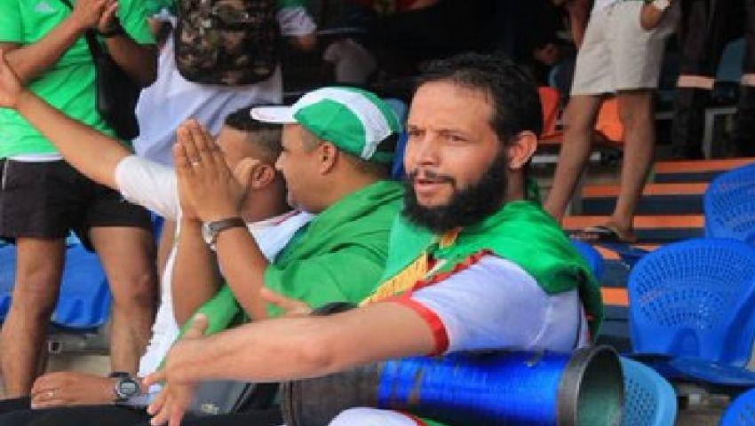 صور  «النوم» يغلب بعض مشجعي الجزائر في استاد القاهرة