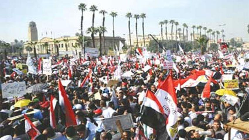 الإخوان يهتفون ضد حكم العسكر أمام جامعة القاهرة