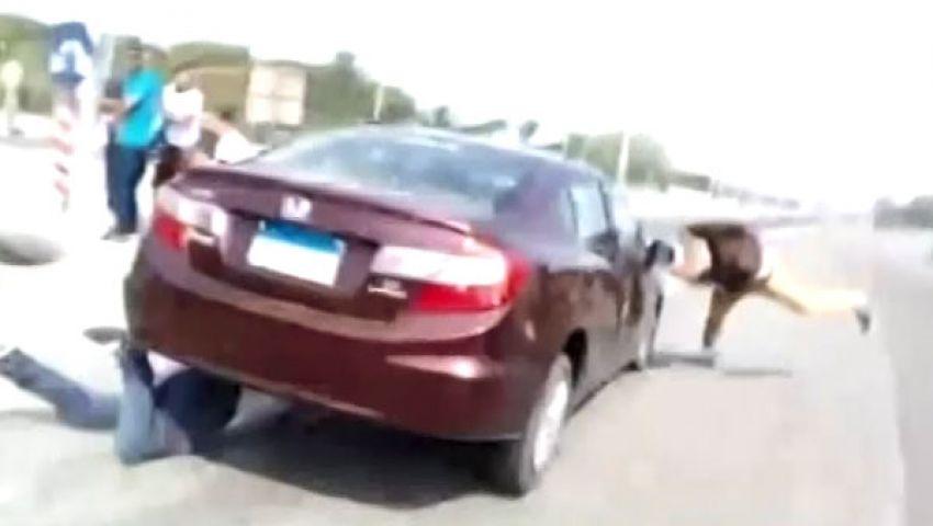 فيديو.. سيارة تدهس طالبين أمام جامعة الأزهر