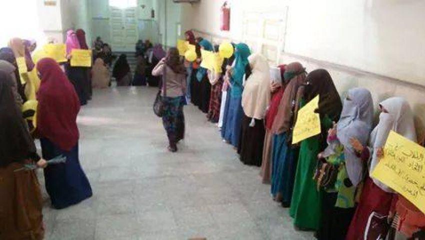 مظاهرة لطالبات آداب الفيوم: كلمة لاخويا المعتقل.. شد حيلك يابطل