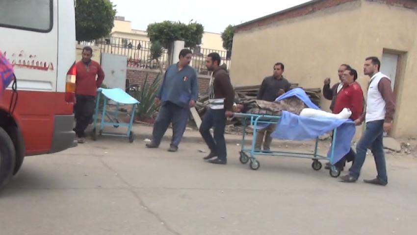 بالصور| أرصفة مستشفي طنطا الجامعي ملجأ أهالي ضحايا مارجرجس