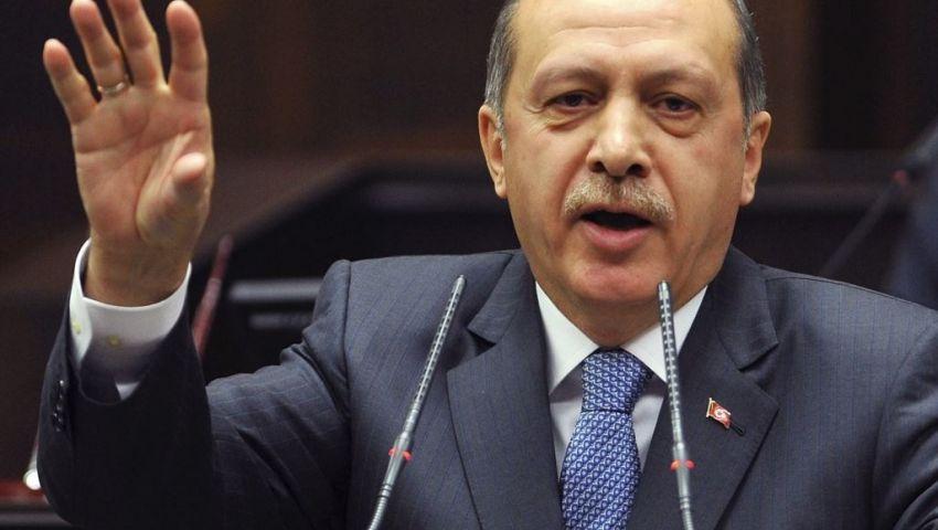 أردوغان يستعرض حرس الشرف بإشارة رابعة