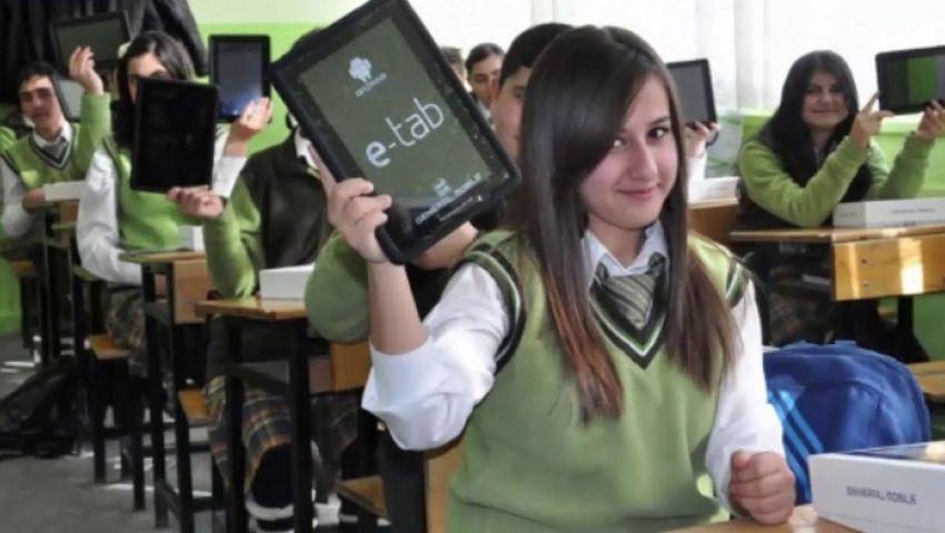 فيديوجراف| إجراءات توزيع التابلت على الطلابمع بدء الدراسة..  يشرحها «عمر ومنى»