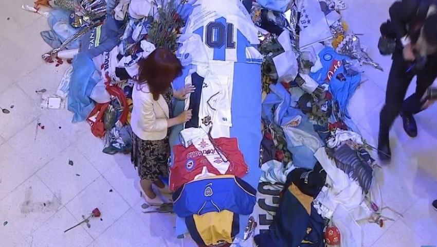 بالصور.. الملايين يحتشدون لتوديع جثمان أسطورة الأرجنتين مارادونا