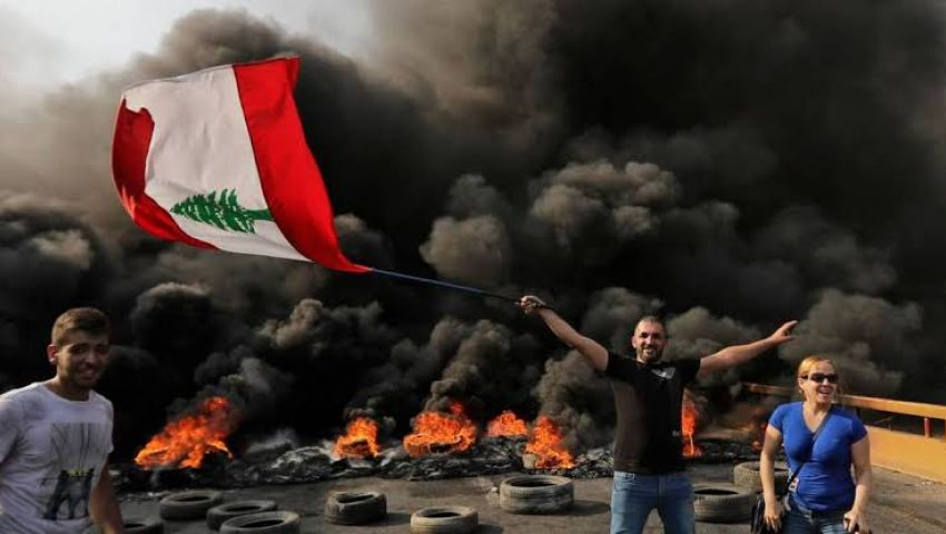 فيديو  إضراب وقطع طرق واستنفار بالجيش.. انتفاضة لبنان تدخل يومها السابع