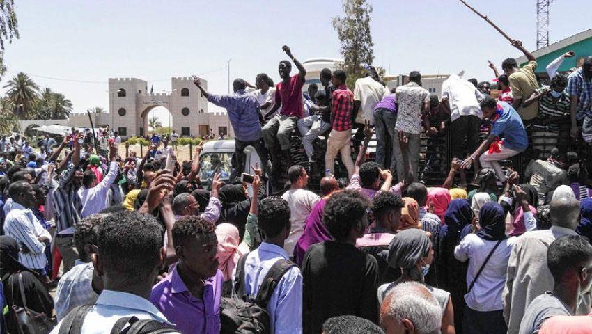 متظاهرو السودان لـ رئيس المجلس العسكري: «برهِن برهِن يا بُرهان.. ولا هتسقط أنت كمان»