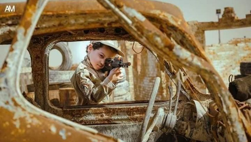متأثرًا بـ«الاختيار».. فوتوسيشن لطفل يجسد بطولات الجيش (صور ملهمة)