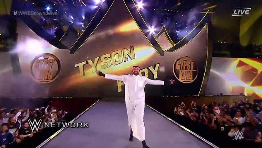 فيديو| بالزي السعودي.. تايسون فيوري يصعد حلبة المصارعة في الرياض