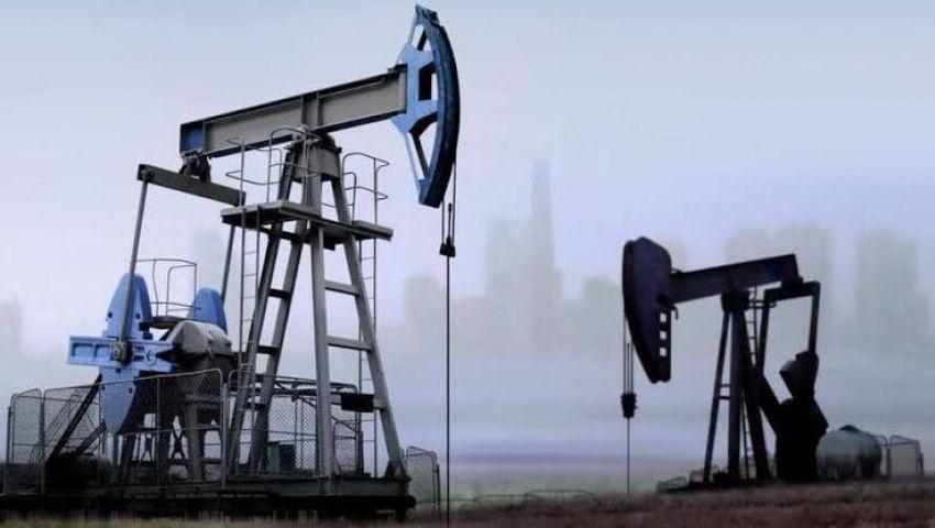الأسعار العالمية.. النفط يتراجع مدفوعًا بإنتاج أمريكي قياسي