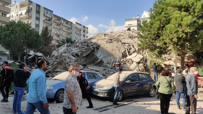 بالصور| زلزال عنيف يهز إزمير التركية.. وفيديو للحظات الأولى