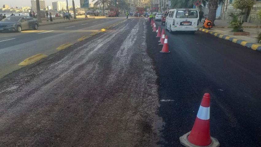 صور| تمنع السيارات من الانزلاق.. المايكروسرفيس تقنية جديدة لرصف الطرق بالإسكندرية