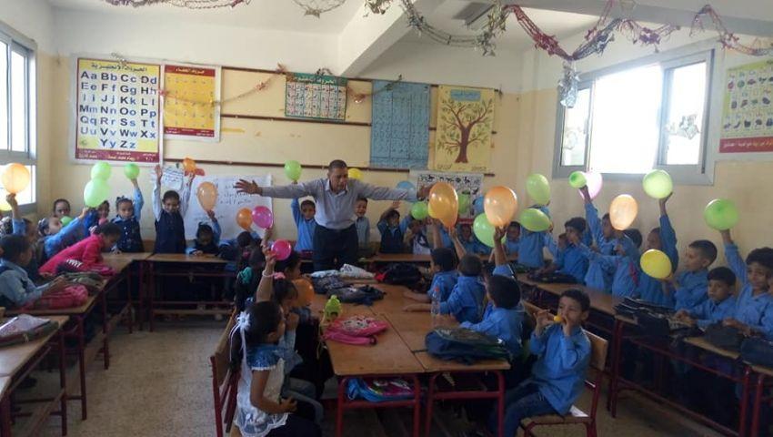 «فيها حاجة حلوة».. مدارس تستقبل الطلاب بـ«عرائس وبلالين وحلوى»