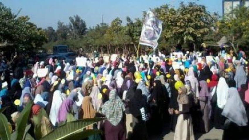 طالبات الأزهر المتظاهرات يقطعن شارع مصطفى النحاس
