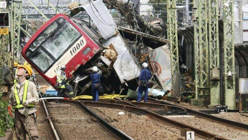 فيديو وصور   عشرات الضحايا في تصادم قطار على متنه 500 راكب باليابان