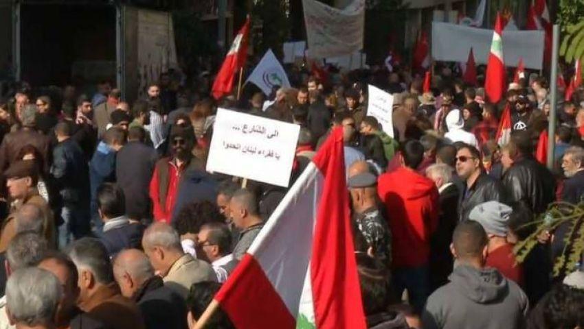 مع اعتزام الحكومة خفض الأجور.. نيران الاحتجاجات تشتعل في شوراع لبنان