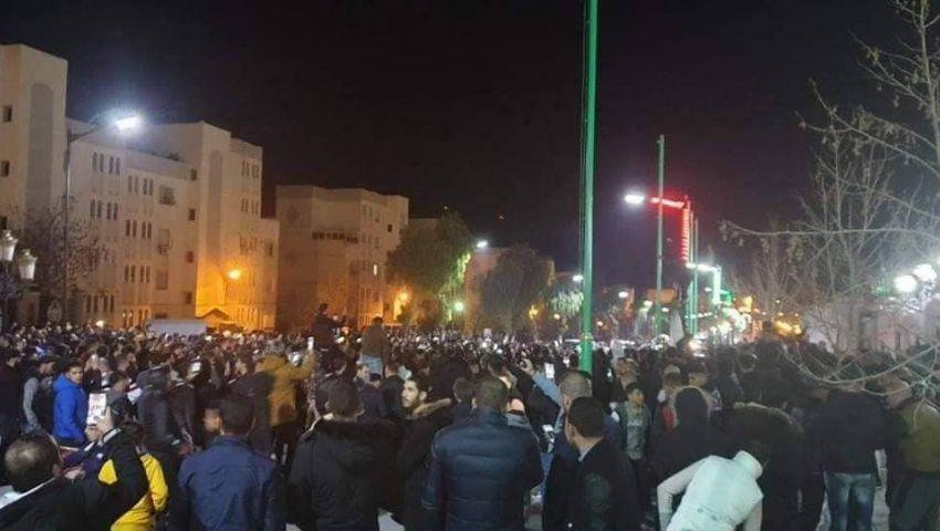 بوتفليقة يتعهد بانتخابات مبكرة والشعب يرد بـ«تظاهرات ليلية»