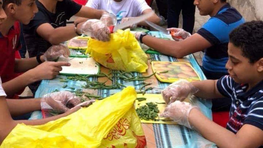 بالصور| في رمضان.. 40 شابًا وفتاة يقيمون «مائدة الفرحة» للمحتاجين بالإسكندرية