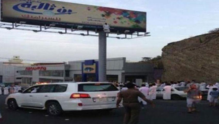 بالفيديو.. سعودي يحاول الانتحار من أعلى لوحة إعلانية
