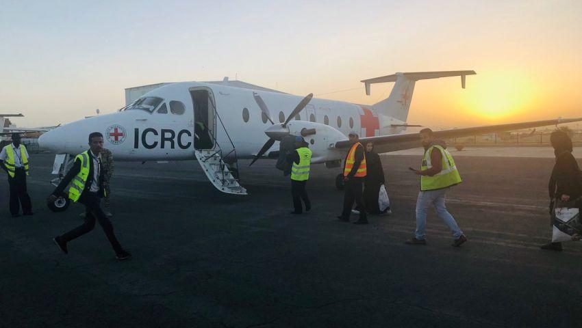 الصليب الأحمر يعلن وصول الأسرى الحوثيين إلى مطار صنعاء