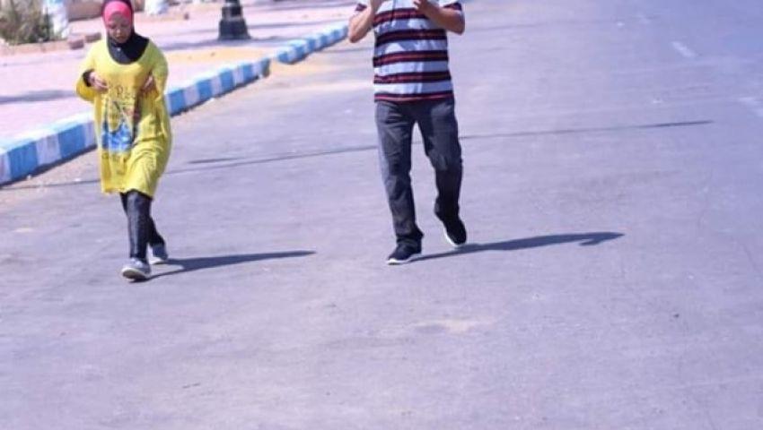 لتشجيعها.. أب يجري مع ابنته 5 كم بعد سقوطها والنتيجة «الأولى في البطولة»