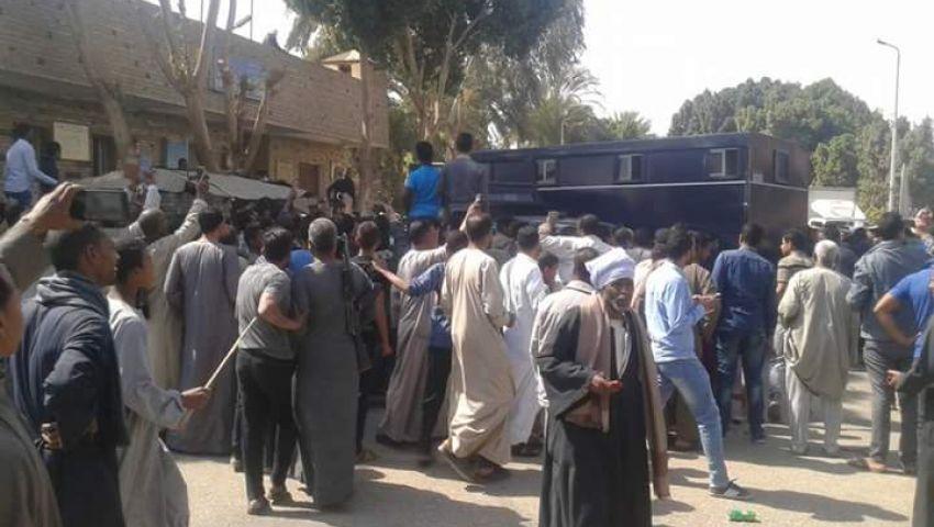 بالصور| الأمن يفرق تجمهرًا للأهالي بقنابل الغاز أمام كمين شرطة بقنا