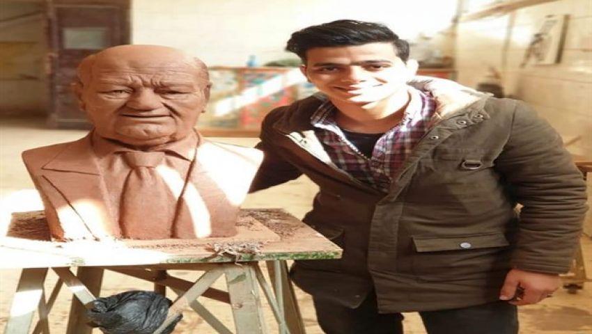 نحّات تمثال «حسن حسني»: صنعته تكريمًا لمشوار الفنان