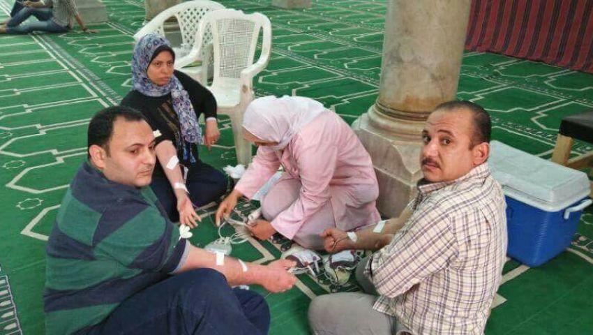 بالصور| مسلمون يتبرعون بدمائهم لضحايا انفجار مارجرجس بمسجد في طنطا