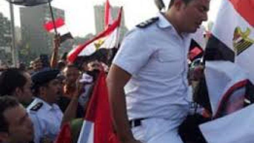الأمن المركزي يوزع المياه على متظاهري التحرير