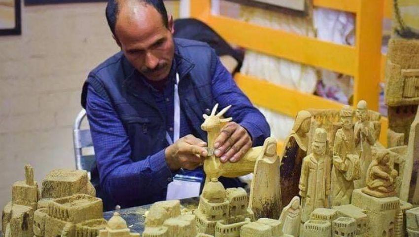 عادل العمدة.. فنان يوثق كفاح المرأة والبنايات العتيقة بـ «النخيل»
