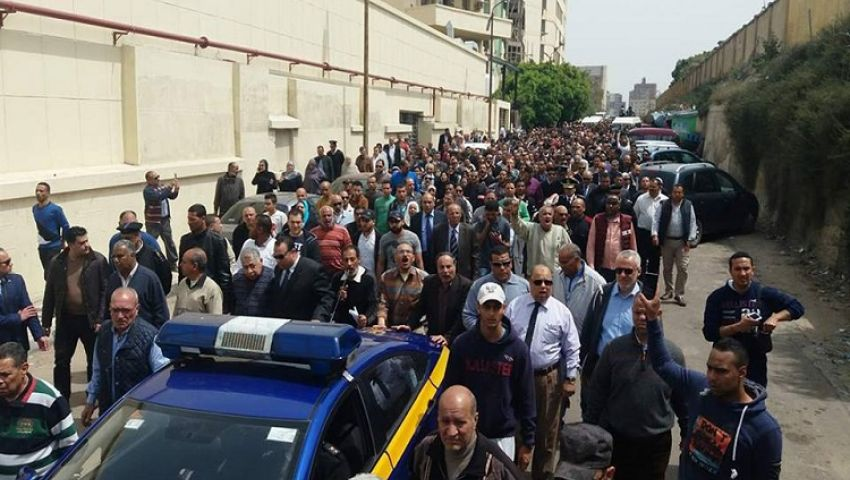 فيديو وصور| «الشهيد حبيب الله».. هتافات جنازة العميد نجوى الحجار بالإسكندرية