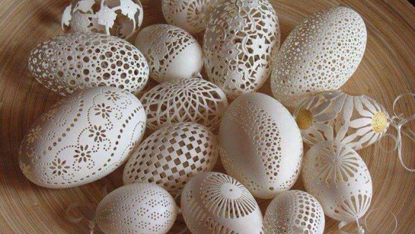 طلعت جاد الله.. فنان واحاتي يعشق النحت على البيض