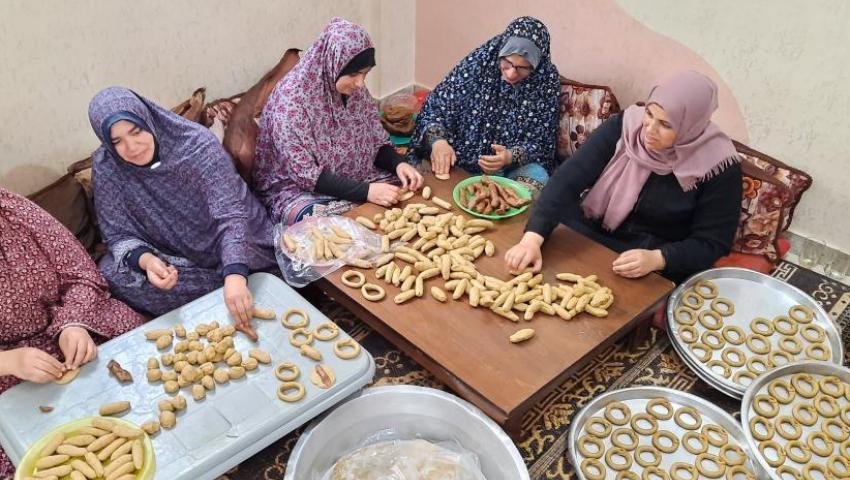 كعك وفسيخ وكوفية.. أشياء لا تغيب عن عيد الفطر بفلسطين
