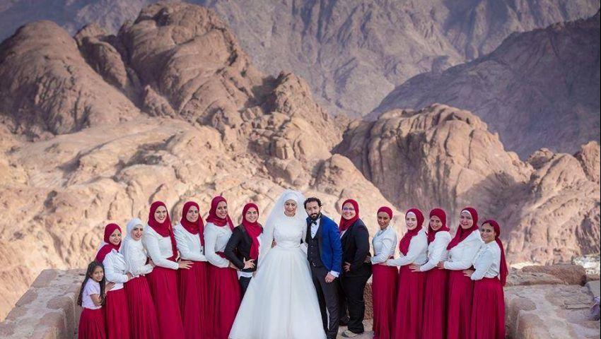 صور| بطقوس أسطورية.. عروسان يقيمان زفافهما أعلى قمة جبل سانت كاترين
