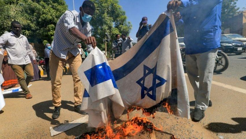 فيديو| حرق علم إسرائيل بالخرطوم.. وسودانيون: التطبيع جريمة وخيانة